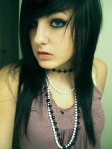 emo sexy Garce libertine avec des yeux bleus ensorcelant.