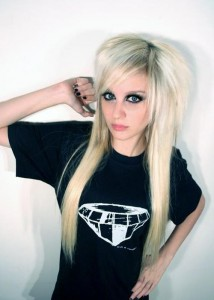 emo sexy Garce blonde emo au look d'enfer avec un regard envoûtant.