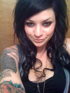 emo sexy Belle créature emo au regard ensorcelant dévoile son corps tatoué de bombe sexuelle.
